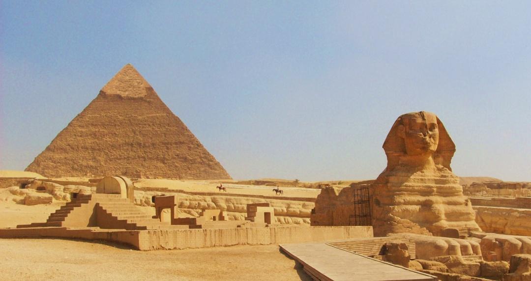 пирамиды и величественный сфинкс