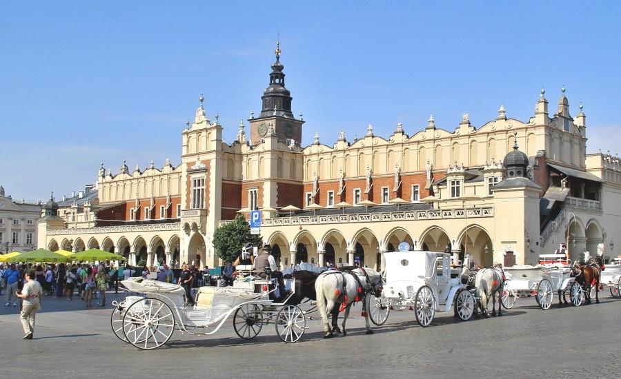 Рыночная площадь, в центре которой расположен старейший ряд для торговли «Сукеннице»